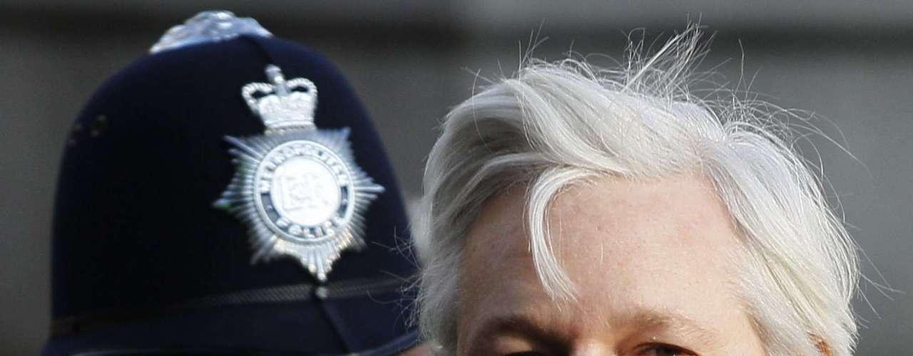 El 21 de agosto de 2010, la fiscal sueca Maria Häljebo, ordenó el arresto de Assange acusado de violar a Anna Ardin, vinculada a la oposición cubana y según el portal CubaDebate, a la CIA. Además está acusado de acosar a otra mujer identificada como Sofia Wilen.