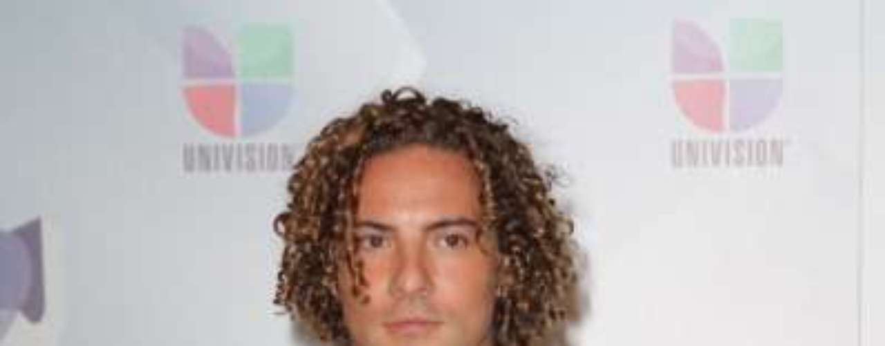 David Bisbal will bring his curls to the Premios Tu Mundo stage. Will he perform a ballad and give the night a touch of romance or will he perform a pop song that will make everyone want to twirl and dance?