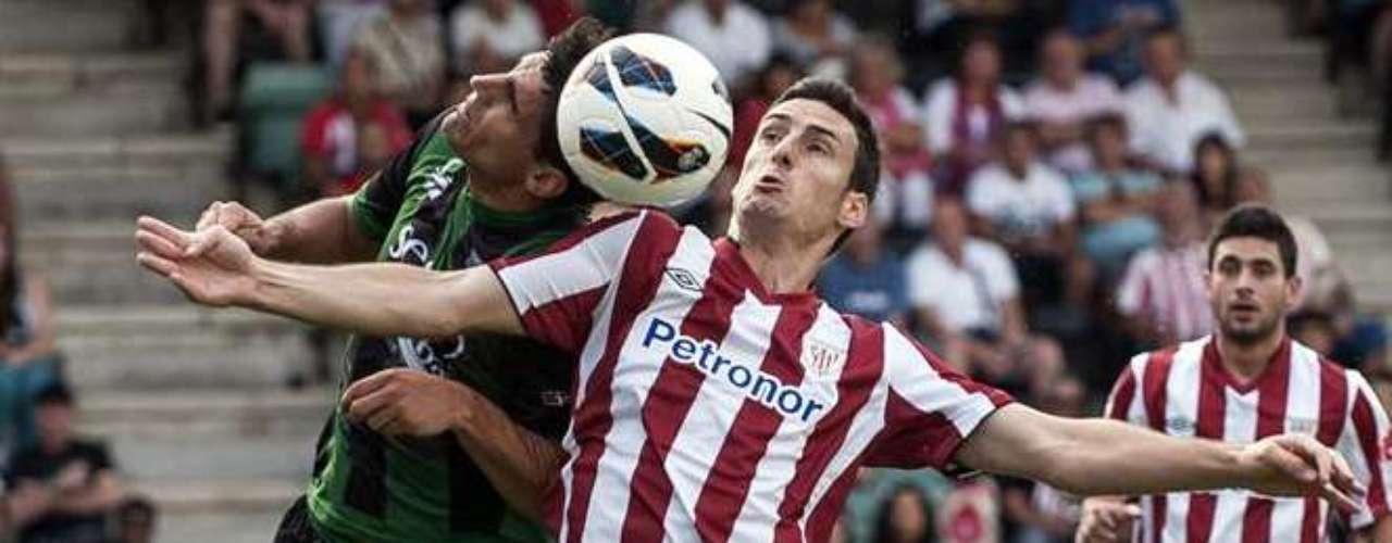 El delantero centro Aritz Aduriz (en el centro) ficha por el Atlethic. Aritz Aduriz, de 31 años, ha jugado las dos últimas temporadas en el Valencia, a donde llegó procedente del Mallorca. El delantero centro ya jugó en el Athletic Club en la temporada 2002-03 y entre 2005/06 y 2007/08, así como en su equipo filial entre la 2000/01 y la 2002/03.Ha fichado por 3 temporadas.