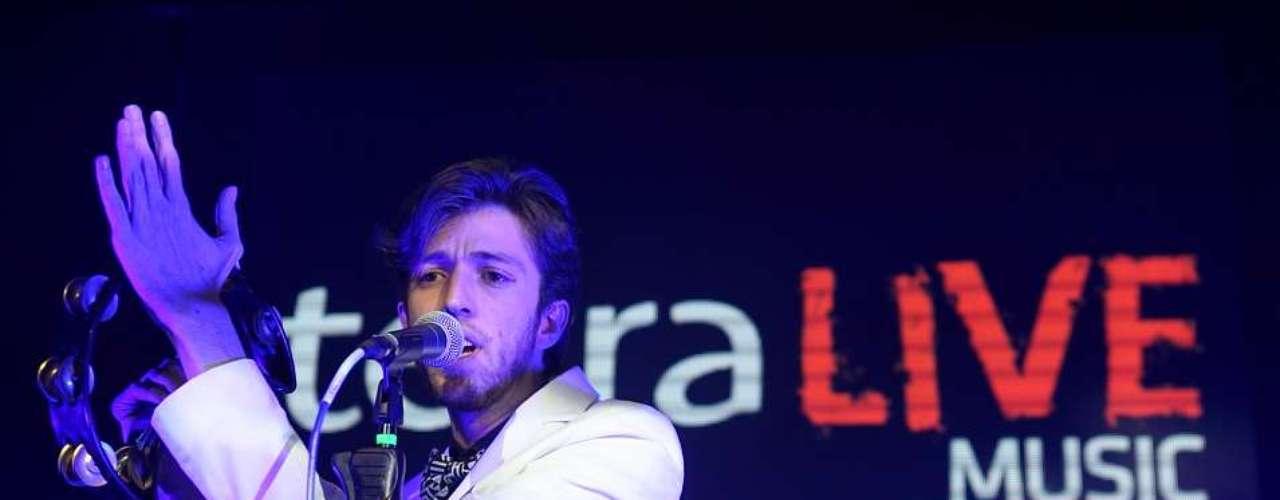 El músico que pudo interactuar con sus fans de todo el país y el mundo a través de Twitter, aseguró que estará presentándose en distintos lugares de Colombia y que espera viajar a otros países también.