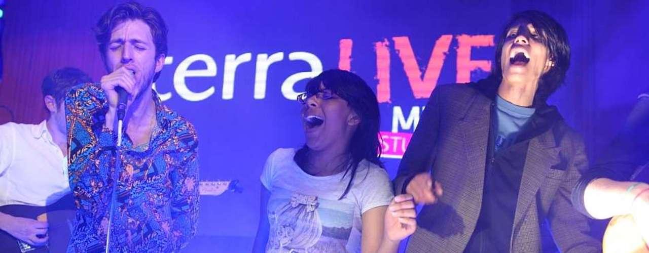 El intérprete llegó a Terra Live Music con su Esteband, logrando una grata conexión con sus fans que los seguían por la transmisión.