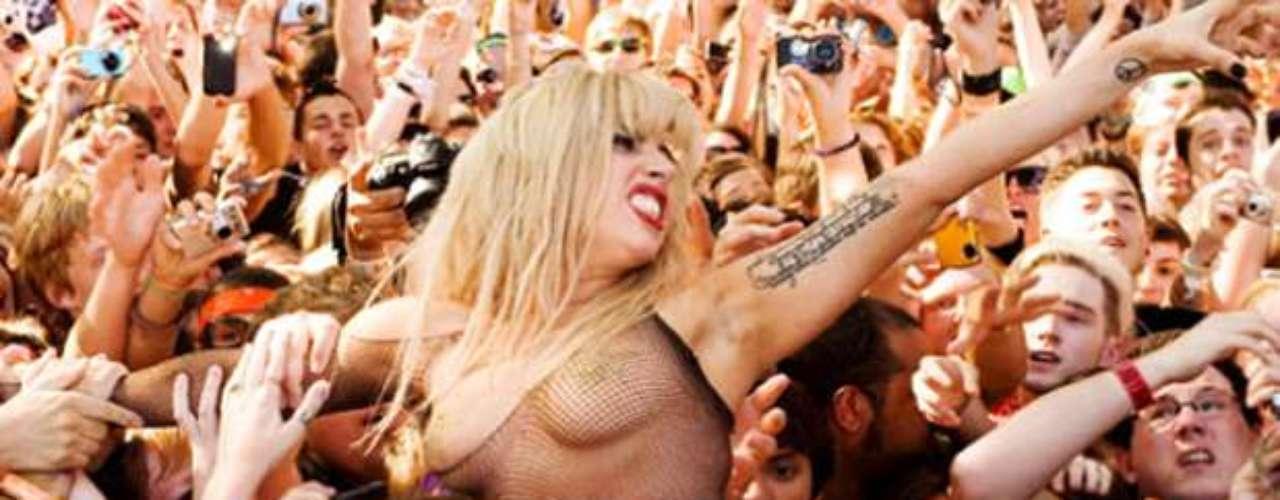 Lady Gaga, casi como Dios al trajo al mundo, se lanzó sobre miles de seguidores, en el marco de un show que realizó en el festival \