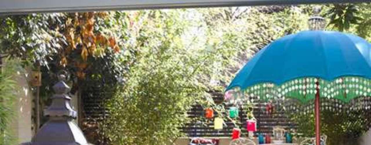 Decorar el patio o jardín de nuestra casa puede ser divertido y sencillo. Lo ideal es aprovechar al máximo cada centímetro. Podemos decorarlos con maderas naturales, reposeras, almohadones de colores, macetas de todos los tamaños y mesas. También podemos agregar objetos propios que no estemos usando como mantas, sombrillas, lámparas, una pequeña parrilla, banquitos y todos aquellos objetos que aporten color y belleza. A continuación te mostramos en imágenes varios ejemplos de jardines o patios que podrán servirte de disparadores para decorar tus espacios exteriores.