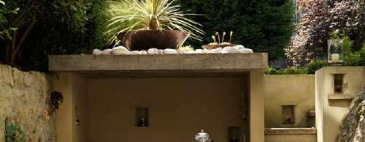 Estilo mediterráneo: el espacio está muy bien aprovechado. Ubicaron una amplia banqueta dentro del espacio semi interno, integrándolo de esta manera al exterior. Los detalles de la ambientación son de madera, mimbre y metal. La selección de las plantas y flores le dan el toque cálido y de color.