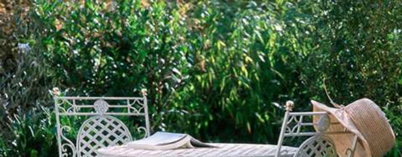 Al mejor estilo europeo: un patio pequeño, lleno de macetas color terracota con plantas verdes y un juego de mesa y sillas de metal trabajado. Los detalles como la canastita con flores, manteles y servilletas invitan a un brunch francés o un té inglés.