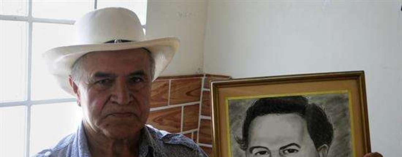 Casi veinte años después de la muerte de Pablo Escobar, el mayor narcotraficante de la historia de Colombia conserva un feudo en su ciudad natal, Medellín, donde los habitantes del barrio que lleva su nombre profesan por él una fe ciega que camufla el pasado violento del capo.