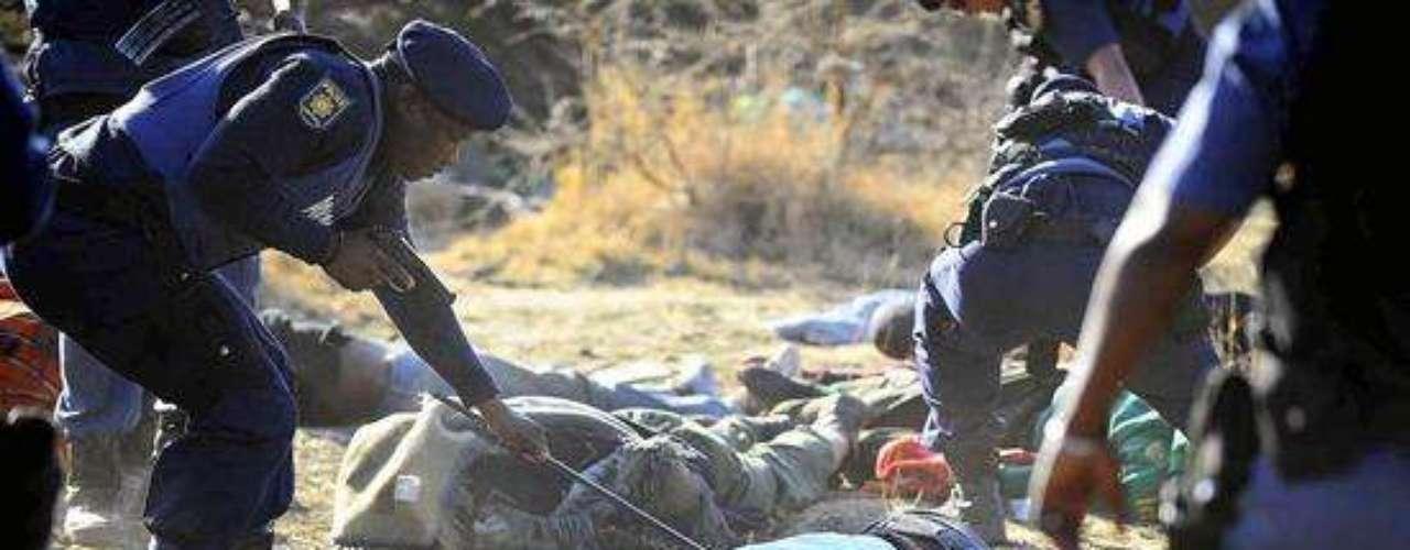 En una rueda de prensa celebrada en las oficinas de Lonmin en Marikana, Phiyega subrayó que los agentes se vieron obligados a \