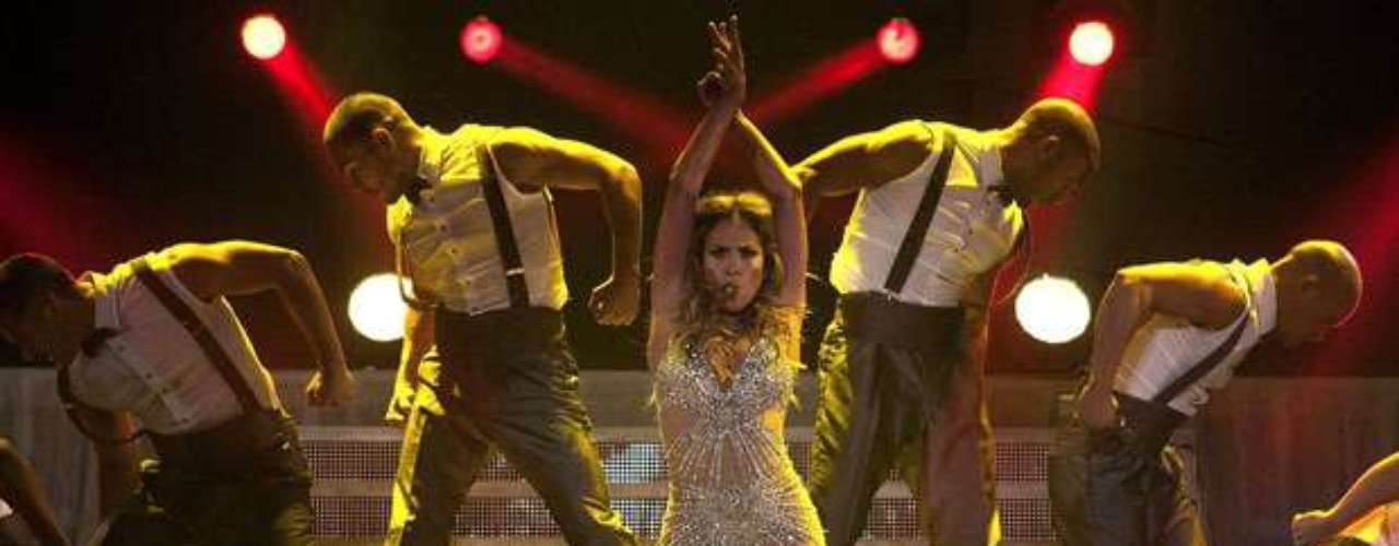 J. Lo brindó un espectáculo con coreografías enérgicas, cargado de efectos especiales, musculosos bailarines y numerosos cambios de vestuario.