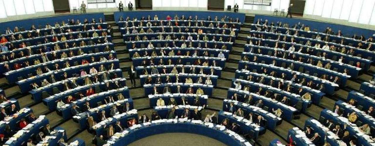 9 de mayo de 2011: La Unión Europea impone un embargo de armas a Siria ante la extrema violencia del régimen con los manifestantes.