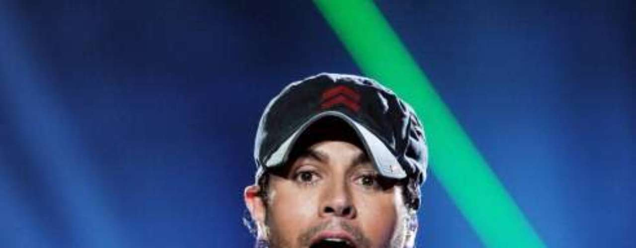 Enrique Iglesias pudo haber salido borracho de la presentación que hizo junto a Jennifer López en el Staples Center de Los Ángeles, ya que en pleno show se empinó una botella de un exclusivo ron, del cual él es actualmente la imagen. Para no beber solo, se buscó un acompañante, que resultó ser un afortunado fan escogido de entre la audiencia presente. El joven además de degustar la exquisita bebida alcohólica bromeó y abrazó al hijo del Julio Iglesias durante el rato que pasó sobre el escenario.