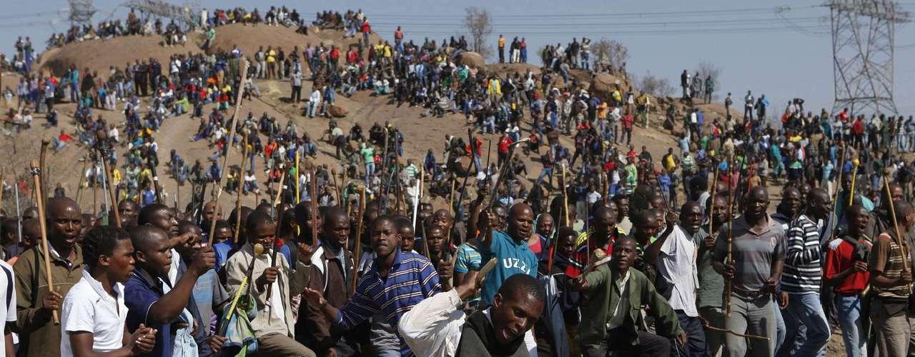 La Asociación de Trabajadores de la Minería y la Construcción (AMCU), convocante de la huelga en Lonmin, se enfrenta a la Unión Nacional de Mineros (NUM), sindicato mayoritario, por lograr un mayor numero de afiliados en las explotaciones mineras sudafricanas. La respuesta policial ha desatado las críticas de partidos políticos y asociaciones civiles, que han reclamado una investigación sobre el suceso. En un comunicado oficial, el presidente sudafricano, Jacob Zuma, se declaró \