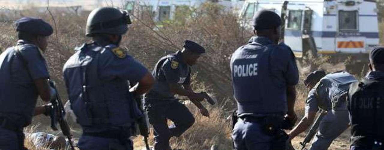 Cerca de 3 mil trabajadores, en huelga desde el pasado viernes, se habían hecho fuertes en una colina, armados con lanzas, machetes y armas de fuego, junto a la mina de Marikana.