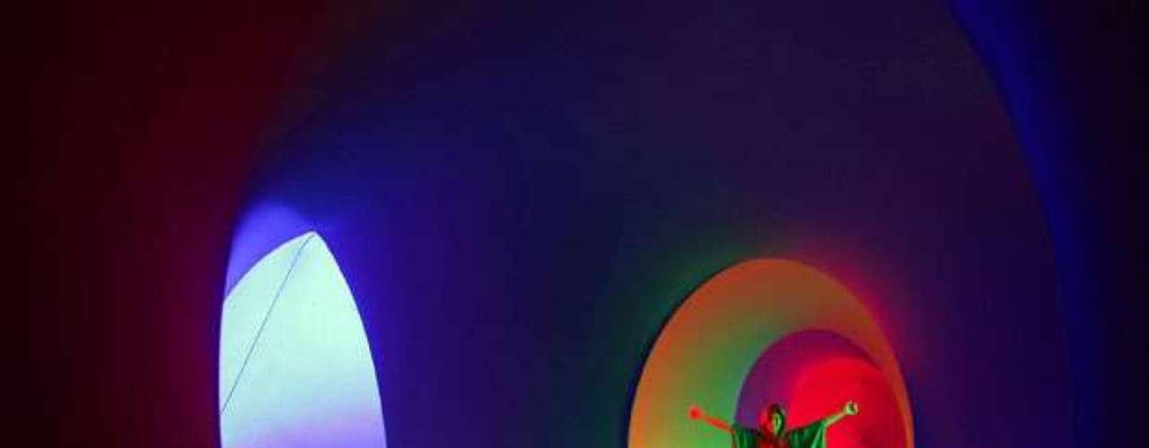 Muestra del 'Festival de Música Colourscape' en el museo Holburne, en Bath, Inglaterra. Colourscape utiliza un laberinto de cámaras inflables interconectadas y luz multicolor.