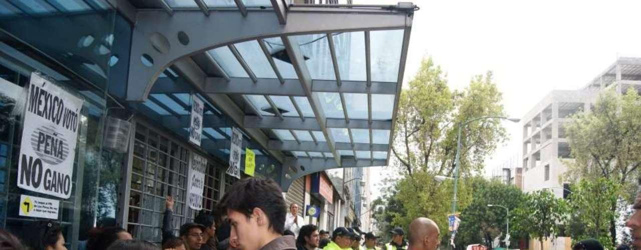 Integrantes del Frente Oriente del Movimiento #YoSoy132, mantienen un cerco a las instalaciones del periódico Milenio, en rechazo a su línea editorial.