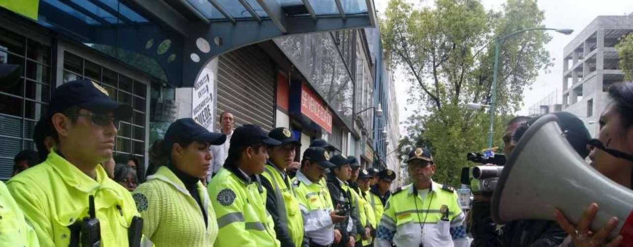 Los manifestantes se encuentran apostados en los dos accesos de la calle Morelos y no permiten el acceso al interior del edificio, sólo la salida.