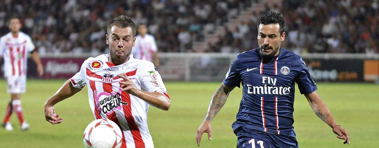 Paris Saint-Germain's Ezequiel Lavezzi (R) challenges Ajaccio's Samuel Bouhours during their French Ligue 1 soccer match in Ajaccio August 19, 2012.   REUTERS/Pierre Murati (FRANCE  - Tags: SPORT SOCCER)