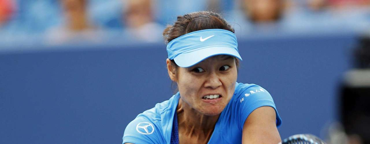 Li Na of China hits a return to Angelique Kerber of Germany in their championship match at the women's Cincinnati Open tennis tournament in Cincinnati, Ohio August 19, 2012. REUTERS/John Sommers II (UNITED STATES - Tags: SPORT TENNIS)