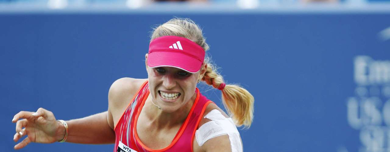 Angelique Kerber of Germany hits a return to Li Na of China in their championship match at the women's Cincinnati Open tennis tournament in Cincinnati, Ohio August 19, 2012.   REUTERS/John Sommers II (UNITED STATES - Tags: SPORT TENNIS)