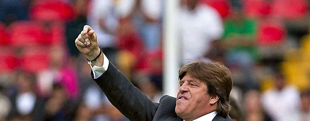 Miguel Herrera never tired of making adjustments, even with a big lead.