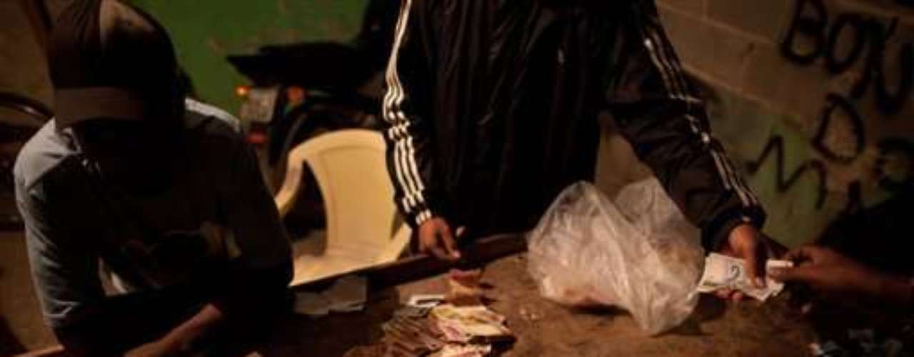 Habló de la decisión de suspender la venta de crack mientras veía cómo ingresaba el dinero, que era acomodado en pilas sostenidas por bandas elásticas. Mantenía una mano en su revólver y la otra en una radio mediante la cual se le informaba de las ventas en otros sectores y se le alertaba de la presencia de la Policía.