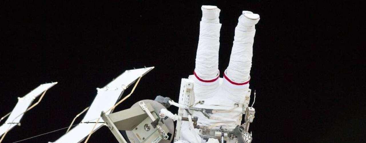 Los cosmonautas rusos Guennadi Padalka y Yuri Malenchenko iniciaron hoy su caminata al exterior de la Estación Espacial Internacional (EEI) con casi una hora de retraso, debido a una fuga de aire en uno de los módulos.