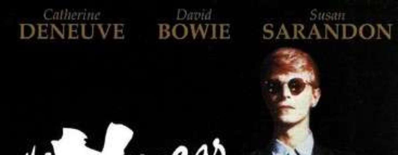 Perteneciente a la generación de cineastas británicos curtidos en el mundo de la publicidad, Tony Scott desarrolló su carrera a la sombra del prestigio de su hermano Ridley. A pesar de que, en la obra del primero no hay obras maestras como 'Alien' o 'Blade Runner', la filmografía de Tony Scott está repleta de éxitos comerciales que no siempre cosecharon el rechazo de la crítica. Junto a Adrian Lyne o Alan Parker, Tony Scott fue reclamado por Hollywood para desarrollar su carrera cinematográfica. 'El ansia' (1982), su ópera prima, es la adaptación de la novela homónima de Whitley Strieber, revisión del tema del vampirismo ambientada en el Nueva York contemporáneo. Catherine Deneuve, David Bowie y Susan Sarandon protagonizaron un film de estética cuidada hasta el exceso que, a pesar de su tibio recibimiento, se ha convertido en una obra de culto con el paso de los años.