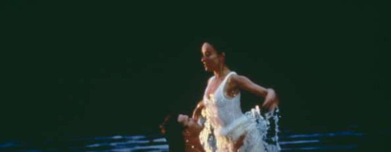 A pesar de sus diferentes orígenes sociales y de la diferencia de edad entre ambos, todo quedada en un segundo plano cuando la música comenzaba a sonar y sus cuerpos se abrazaban al ritmo de aquella canción que todos recordamos titulada '(Ive Had) The Time of My Life' interpretada por Bill Medley y por Jennifer Warnes.