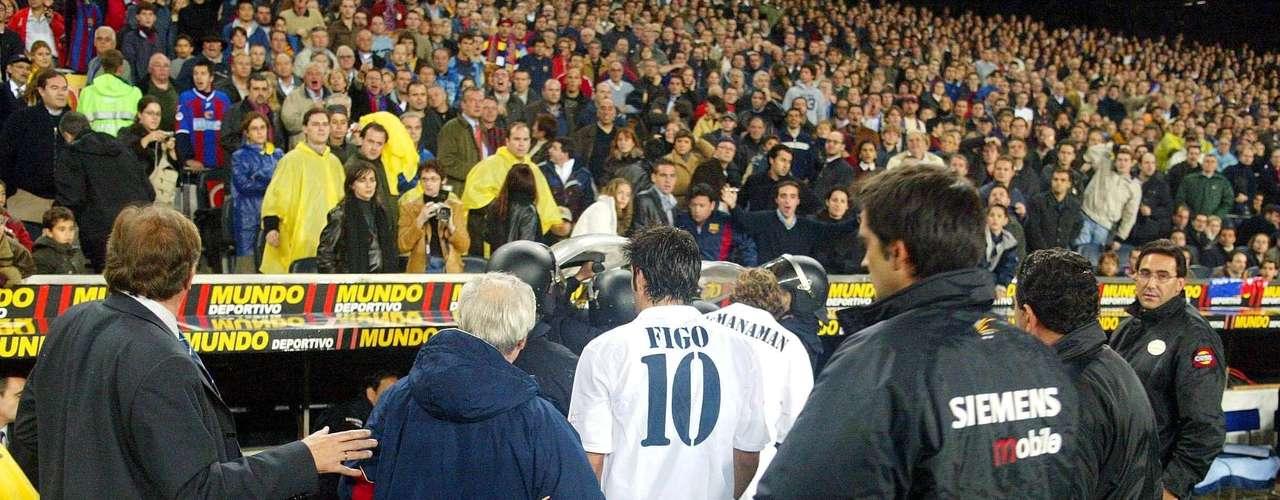 El portugués Luis Figo llegó a Barcelona en 1995 y en el 2000 fichó repentinamente con Real Madrid, luego de haber firmado un precontrato que lo comprometía con el cuadro merengue en caso que Florentino Pérez ganara las elecciones de los blancos. Los aficionados blaugrana quedaron muy dolidos por la traición del mediocampista luso.