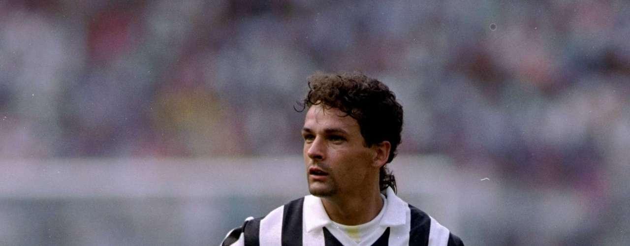 Roberto Baggio debutó con Fiorentina en 1985 y en 1990 llegó a Turín para jugar con la Juventus, lo que provocó manifestaciones por las calles de Florencia para protestar por el traspaso de uno de los mejores jugadores italianos de la historia.