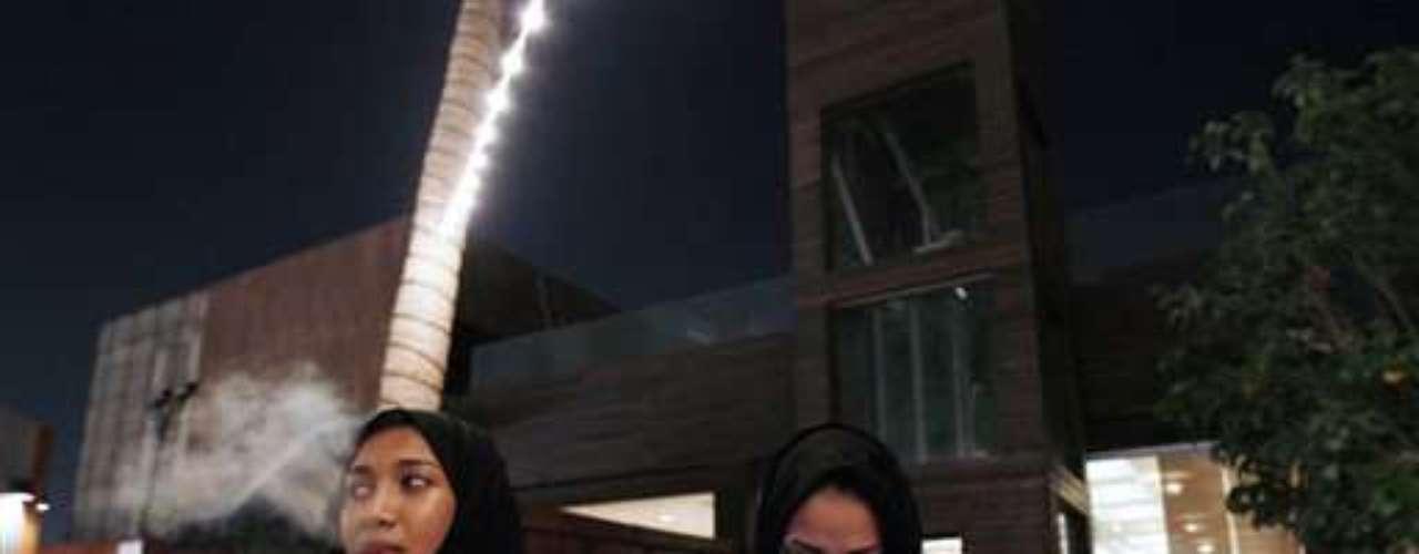 Pero no solo las mujeres más poderosas exigen claramente su lugar en la vida pública, dice Ulrike Freitag. Y no en última instancia porque la juventud árabe y los saudíes más capacitados siguen al dedillo lo que está pasando a su alrededor en el contexto de la primavera árabe. (Fuente texto: Deutsche Welle)