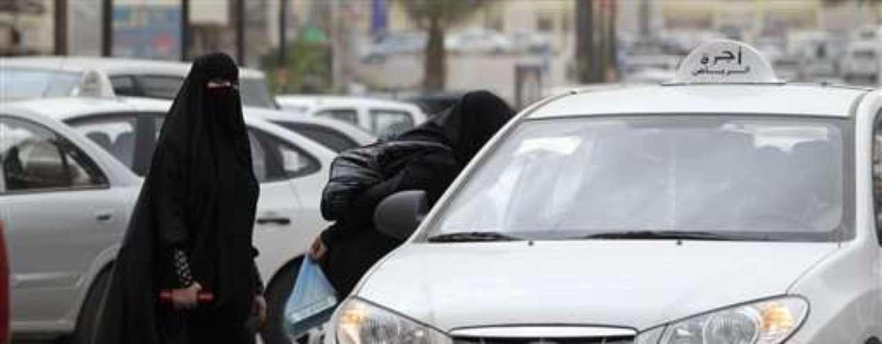 Aunque en Arabia Saudí y en su país vecino, Qatar, entretanto una gran cantidad de mujeres se desempeña junto a sus colegas masculinos, el tema sigue provocando polémica. No todas las mujeres están de acuerdo con eso. A medida que aumenta el número de mujeres que trabajan en Qatar, un número mayor de ellas se decide a usar el niqab, el velo que cubre el rostro. La segregación se expresa a través de la vestimenta, opina Doetzer.