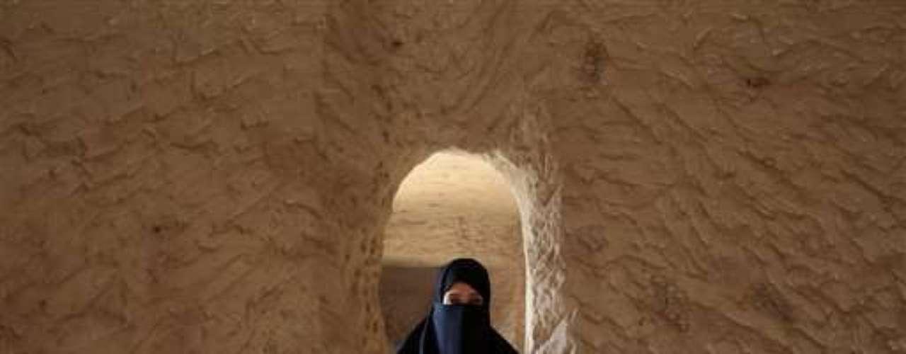 Definitivamente, la mayoría de las mujeres saudíes todavía es muy consevadora, confirma la experta Ulrike Freitag, experta en Arabia Saudí. Pero, al mismo tiempo, aumentan las voces contrarias a esa mentalidad: las de mujeres que cuentan con los recursos económicos y poseen influencia a nivel social. Recientemente, la vicepresidenta de la Cámara de Industria y Comercio de la ciudad saudí de Jeddah, Olfat Kabbani, criticó abiertamente los planes de construcción de una urbe para mujeres, según informa el blog Saudiwomans's Weblog. Mucho más importante sería crear más posibilidades para que las mujeres obtengan una formación adecuada, además de desterrar los obstáculos legales y animar a los inversores a crear puestos de empleo para el sexo femenino, dijo Kabbani al periódico Okaz.