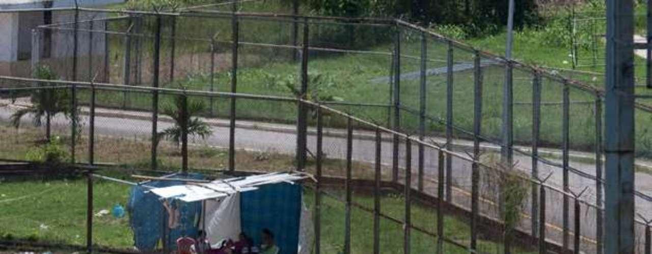 El recluso herido logró salir del penal luego de arrastrarse por el suelo varios metros hacía uno de los puestos de vigilancia de la cárcel desde donde fue trasladado a uno de los hospitales del oeste de la capital, precisó la madre.