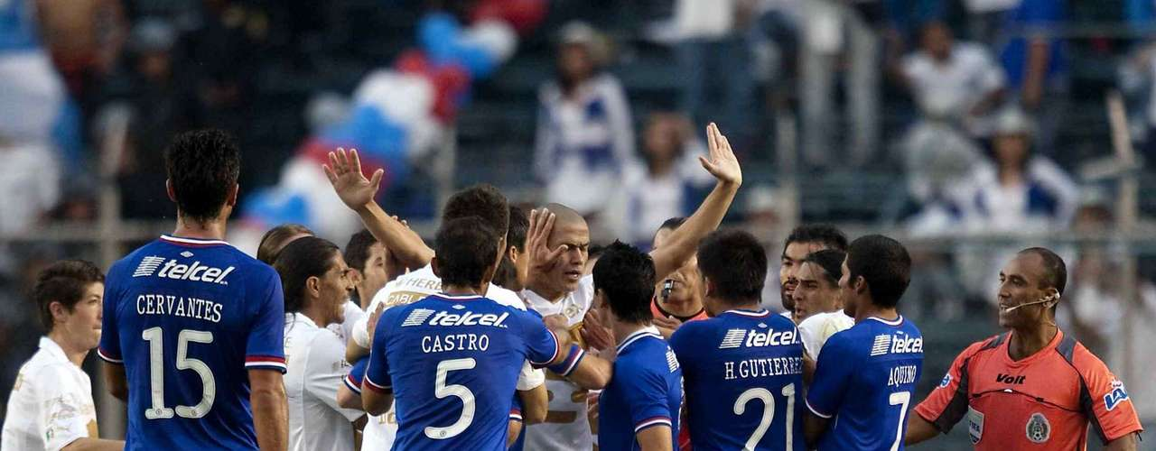 Pumas and Cruz Azul tend to offer great matches replete with goals, color and passion. Here we show you some of the most memorable moments.