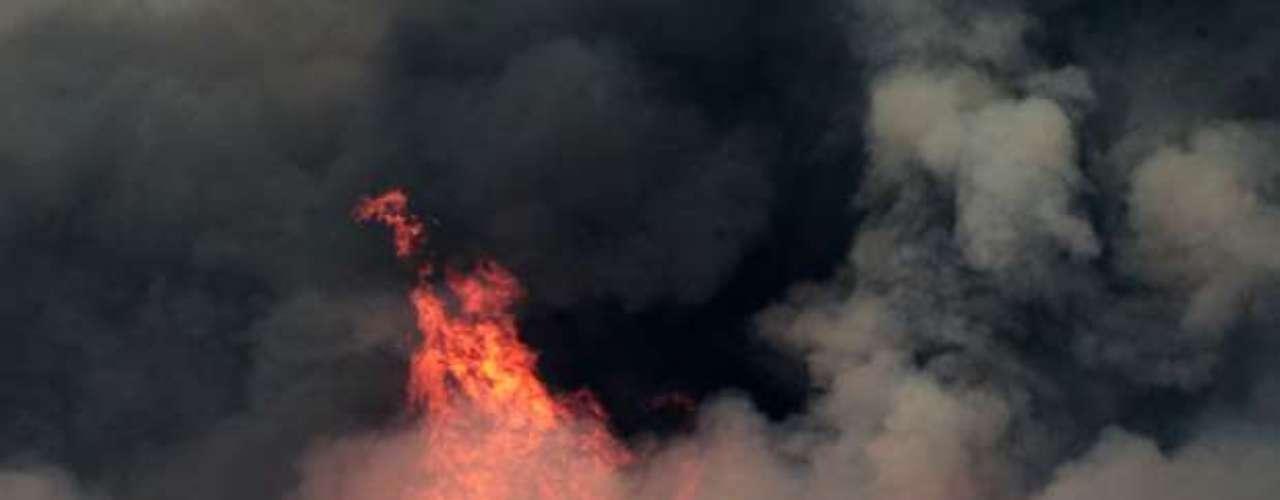 Docenas de edificios, entre ellos varias viviendas, fueron destruidos en los incendios forestales que arrasaban los alrededores de Manton, una comunidad del norte de California, dijeron los bomberos el martes por la noche.