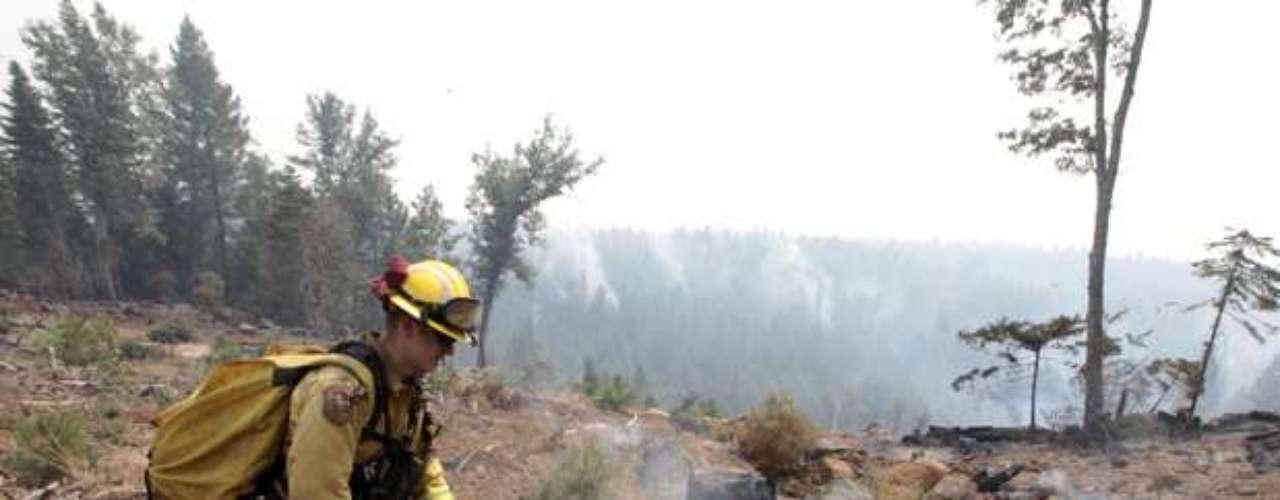 Cuadrillas de bomberos que inspeccionaron el martes el área rural determinaron que 50 edificios habían sido destruidos, informó Daniel Berlant, vocero de los bomberos.