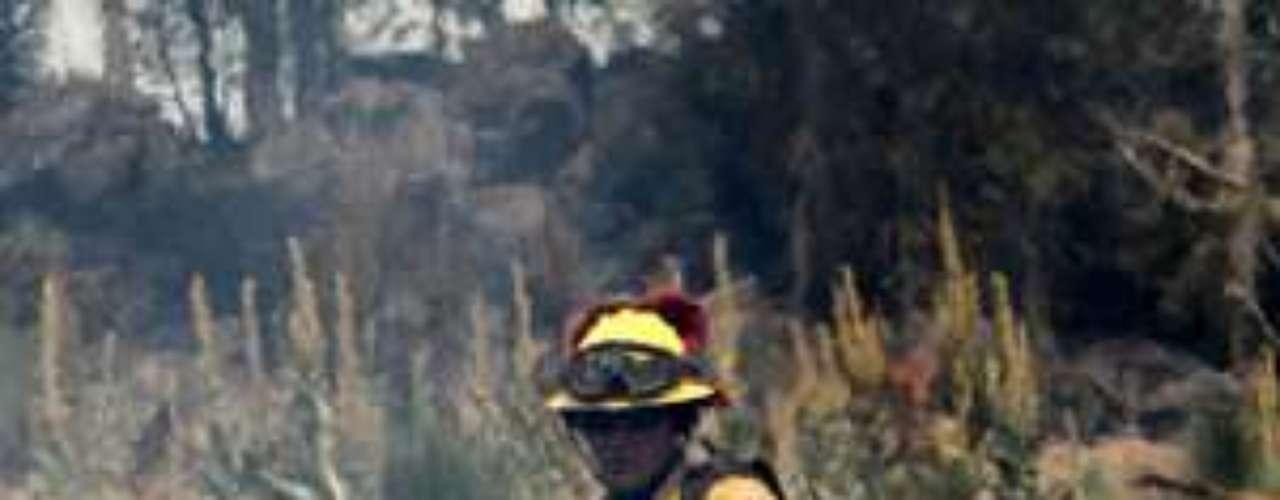 El fuego que avanzaba rápidamente es uno de los más destructores que se hayan presentado por el Oeste, donde los rayos encendieron la maleza reseca, ramas y árboles, en un inicio prematuro en la temporada de incendios.
