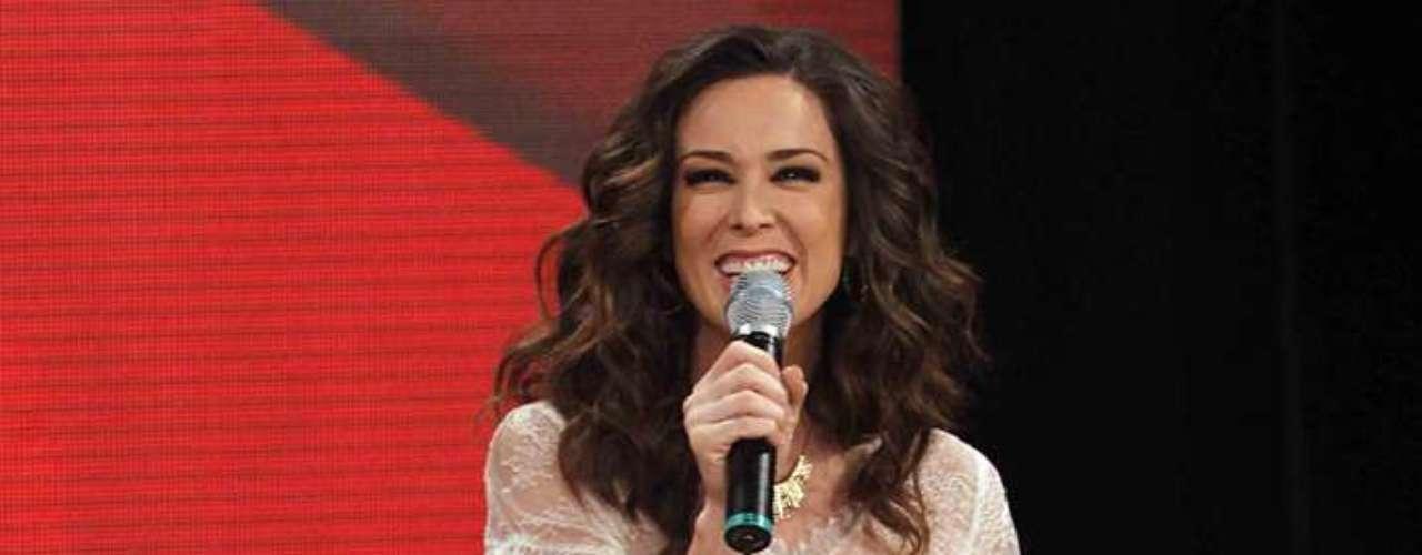 Jacqueline Bracamontes deja de lado su faceta como actriz para volver a las labores de conducción en 'La Voz... México 2'.