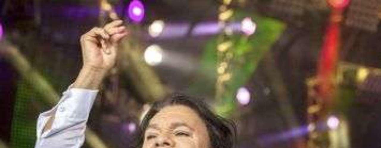Juan Gabriel haciendo sus alegres pasos de baile, en un concierto en Houston, fue a dar al fondo del escenario, lo que le produjo una lesión en sus muñecas.