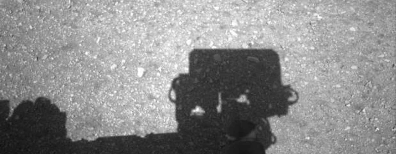 El recorrido de prueba es parte de la revisión que se efectúa al funcionamiento de los instrumentos y mecanismos del aparato desde su llegada a Marte, el 5 de agosto. El explorador rodante podrá recorrer después decenas de metros (cientos de pies) cada día en el interior del cráter gigantesco en el que descendió.