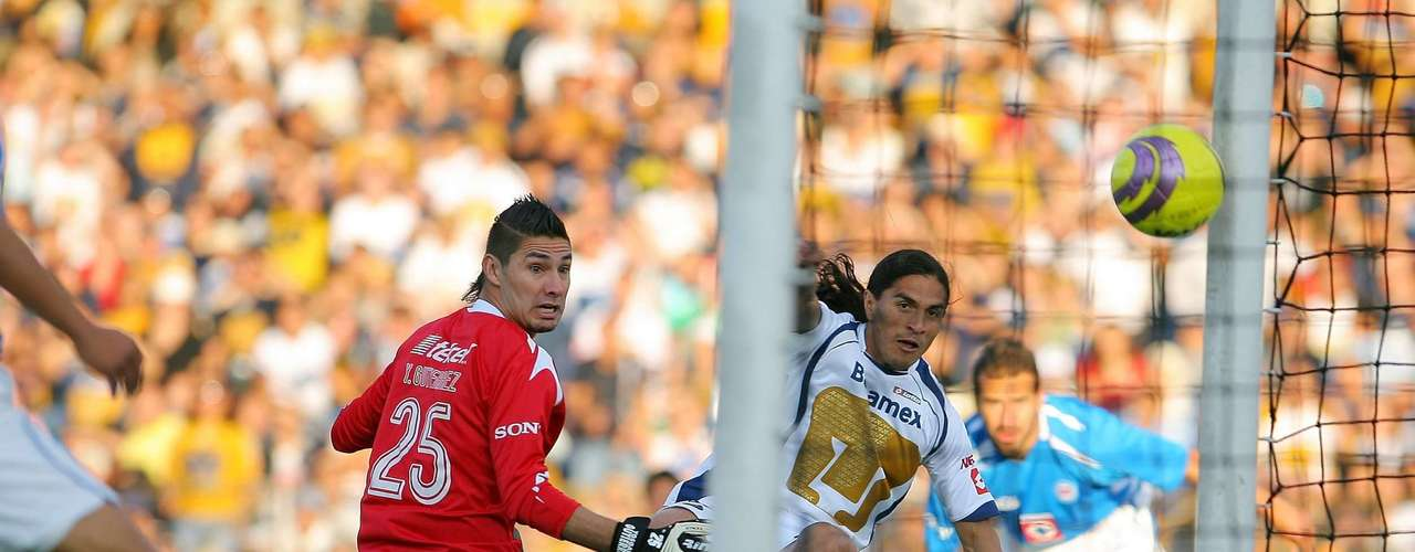 Francisco Fonseca put Pumas up in the Apertura 2008 quarterfinals after surprising Yosgar Gutierrez. Cruz Azul did not take long to counter.