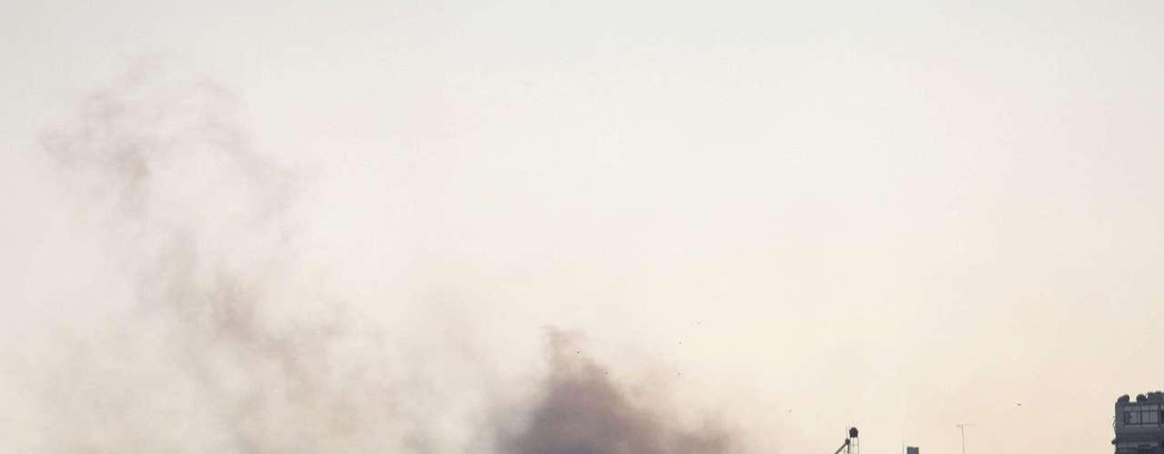 Una columna de humo asciende lentamente sobre la ciudad Alepo durante el día de ayer. Alepo, la ciudad más poblada de Siria, junto con las localidades de sus alrededores, han sufrido intensos bombardeos en los últimos días.