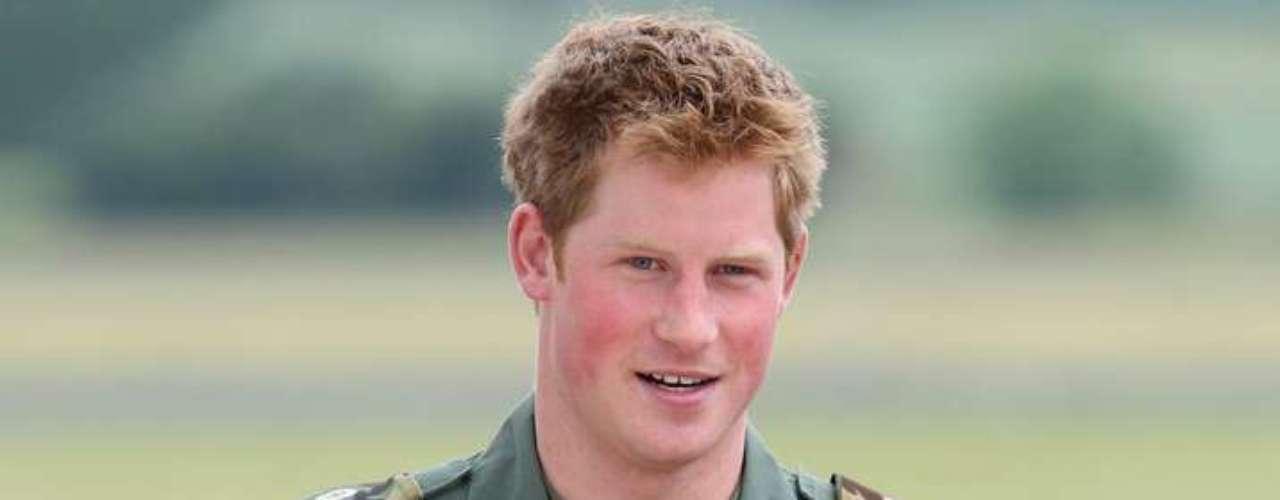 Después de sus primeros incidentes y resbalones públicos, Enrique se unió a la Armada Británica en 2005 y sirvió en Afganistán. Obtuvo el rango de Capitán del Cuerpo Aéreo de la Armada. A pesar de todo, en la memoria del pueblo aún quedaban frescos varios de sus problemas anteriores.