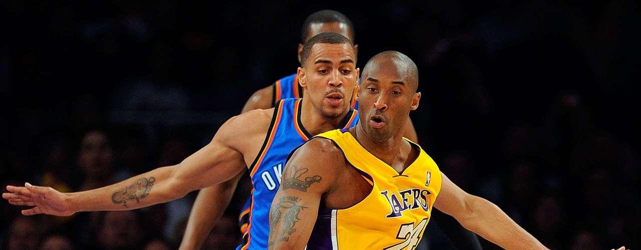 En el Draft de 1996, fue seleccionado por Charlotte Hornets en la décimotercera posición para jugar en la NBA.