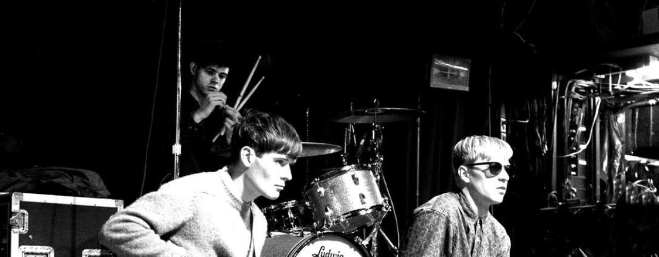 El magnífico debut de la banda con su LP lanzado en junio, se dividía en dos partes: la primera dedicada a un par de canciones más pop con ritmos alegres, y una segunda mitad que muestra un lado más oscuro de la banda e introspectivo, un sonido que recuerda lo mejor del post punk de los 80.