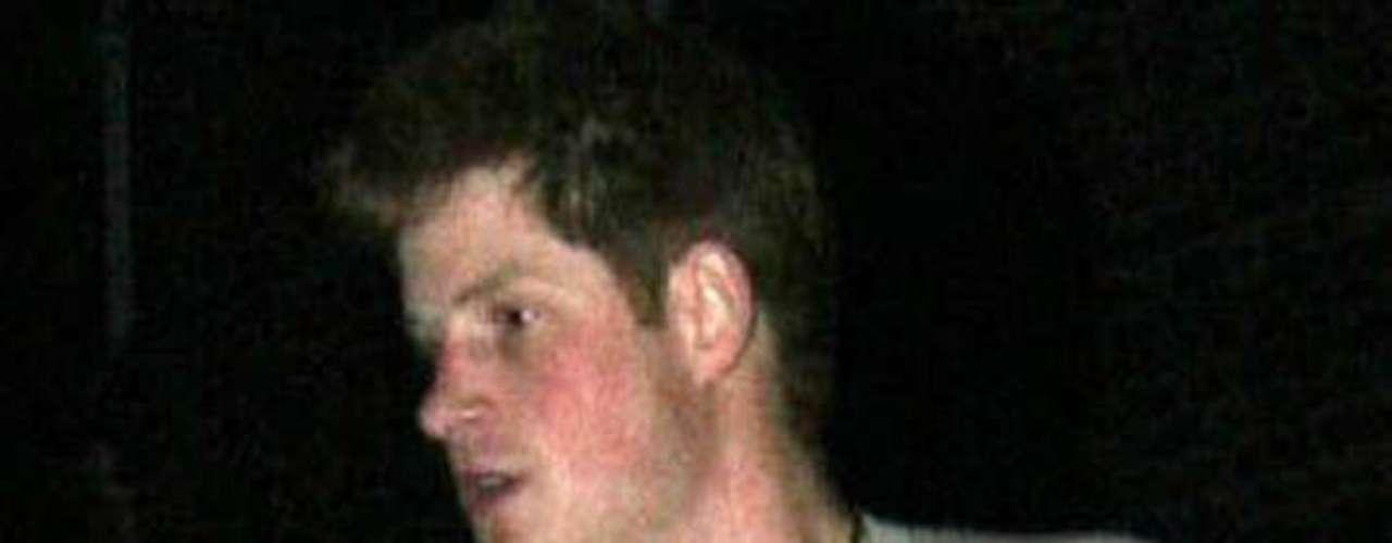 En marzo de 2009, el Príncipe Enrique fue captado caminando por la calle con las uñas pintadas de rosa. La prensa sensacionalista británica lo llamó \