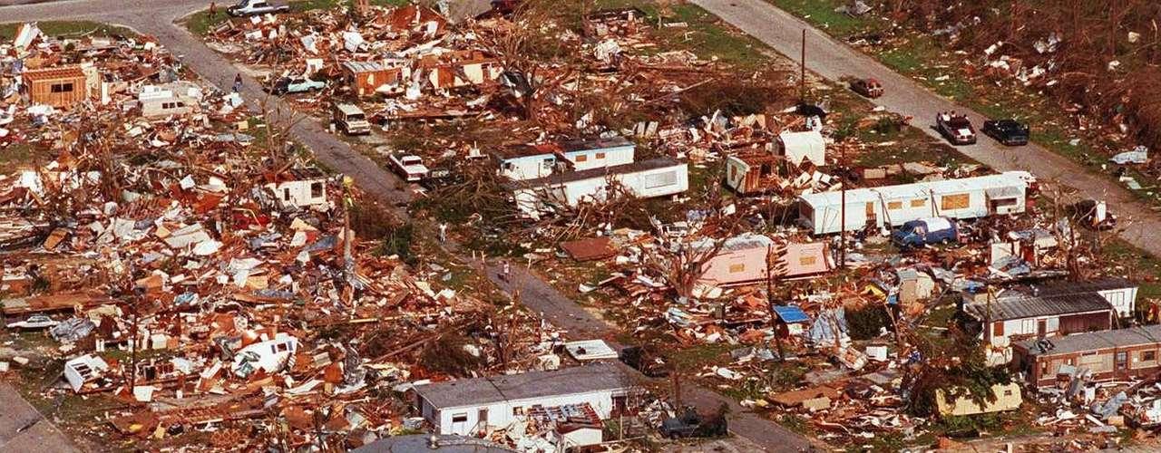 Un huracán de categoría 5 se encuentra en la máxima escala que clasifica los fenómenos tropicales.  Sus vientos superan las 155 millas por hora y la marea supera los 18 pies sobre el nivel normal.
