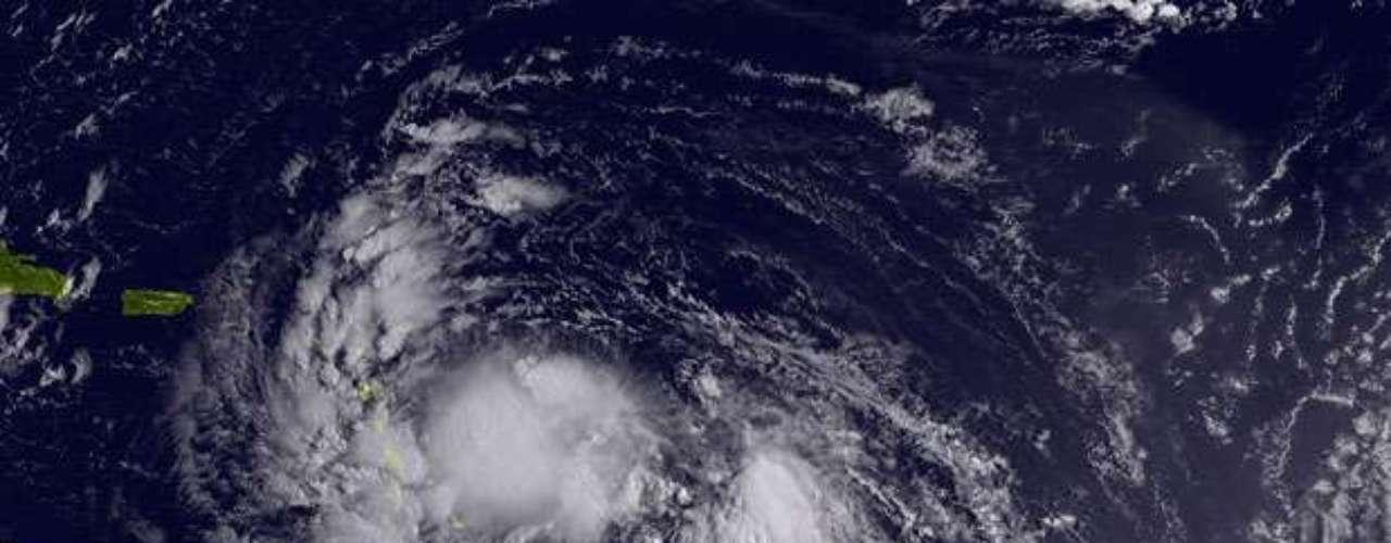 En momentos en que el centro de Isaac se alejaba de las Islas de Sotavento, la tormenta generó advertencias de huracán en Haití y República Dominicana.