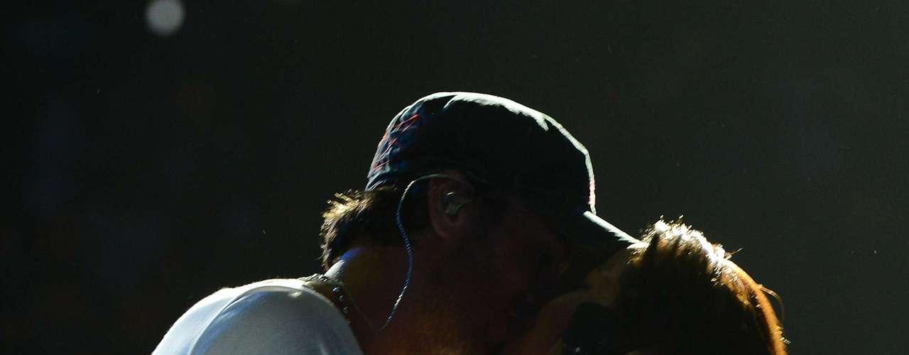 El sensual beso que le dió Enrique Iglesias a una fan llevó al clímax a muchos de los presentes en el Staples Center de Los Ángeles.