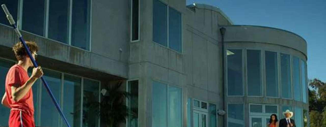 En el clip se recrea la historia de una fiesta intensa, organizada por un joven que limpia una piscina, mientras el propietario de la casa se va de vacaciones con su exuberante esposa.